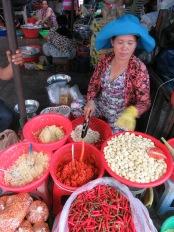 Préparation de l'ail avant la vente, marché de Chau Doc, Vietnam