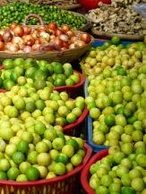 Citrons verts, oignons, gingembre et compagnie..., marché de Chau Doc, Vietnam