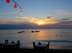 Romantique repas du soir sur le bord de la plage, Phú Quoc, Vietnam