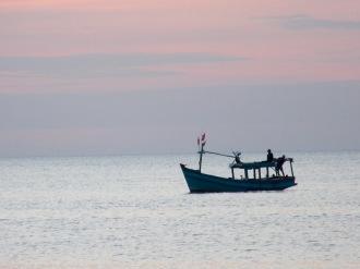 Bateau de pêcheurs au soleil couchant, Phú Quoc, Vietnam