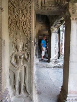 Robert au Wat Angkor, une apsara apparaît au premier plan, Cambodge