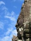 Un des quatre visages d'une tour se dégage sur le ciel bleu