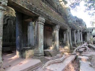 Rangée de colonnes bordant un long corridor, Ta Phrom, Angkor, Cambodge