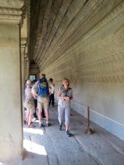 Devant les bas-reliefs à Angkor Wat
