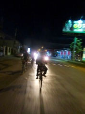 Le tour de vélo se termine à la nuit tombée, Battambang, Cambodge