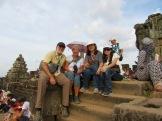 Plus de trois cent personnes de toutes nationalités réunies sur le Phnom Bakhèng pour admirer le coucher de soleil sur Angkor