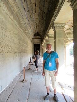 Robert devant les bas-reliefs relatant le barratage de la mer de lait, un épisode de la création du monde, Angkor Wat, Cambodge