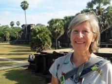 En entrant à Angor Wat, en arrière plan la bibliothèque, Cambodge
