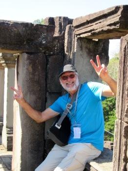 Mon amoureux imite les autres touristes qui prennent des poses interminables, Baphuon, Angkor, Cambodge