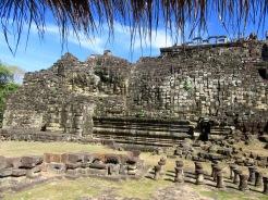 Pouvez-vous le distinguer? Le Bouddha couché de 60 m. couvre presque entièrement le mur arrière du Baphuon, Angkor, Cambodge