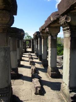 Colonnes au sommet du Baphuon, il reste peu de cet étage, Angkor, Cambodge