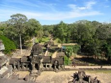 L'entrée du Baphuon vu du sommet, vertige assuré sauf pour mon amoureux! Angkor, Cambodge