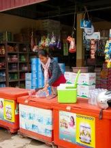 Arrêt le matin pour acheter de la glace afin de maintenir l'eau au frais dans la glacière du chauffeur de tuk tuk, Angkor, Cambodge