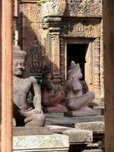 Les statues de pierre contrastent avec la couleur ambrée du latérite, Bantaey Srei, Angkor, Cambodge