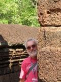 Robert derrière un mur de latérite, Bantaey Srei, Angkor, Cambodge