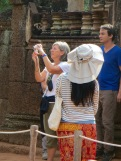 Nous sommes nombreux à admirer le temple doré de Bantaey Srei, Angkor, Cambodge