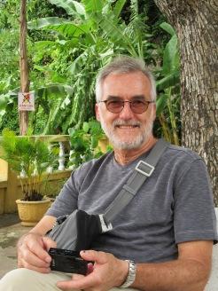 Robert devant une pagode sur Thuy Son, Da Nang