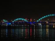 Le pont du dragon le soir vu de la promenade Bach Dang, Da Nang