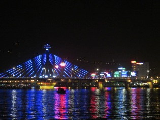Vue sur le Han Rover Bridge à partir de Bach Dang promenade, Da Nang