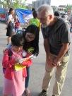 Une petite étudiante pratique son anglais en remplissant un questionnaire avec les touristes, Hoi An
