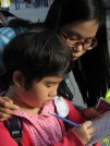 Une jeune vietnamienne pratique son anglais avec les touristes, Hoi An