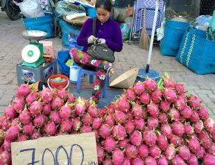 """Étalage de """"dragon fruit"""", marché de Vinh Long, Vietnam"""