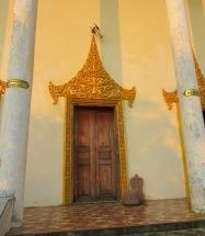 Un temple simple mais bien entretenu, accroché à la montagne, Kep, Cambodge