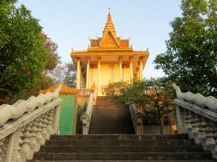 Une visite en solitaire pour nous recueillir dans un temple à flanc de montagne, Kep, Cambodge