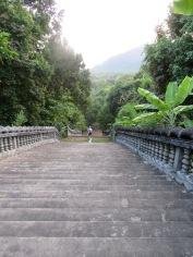 La descente suite à la visite du temple se fait en silence après avoir vu tant de beauté, Kep, Cambodge