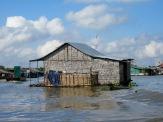Les maisons du village flottant sont si près de l'eau que la moindre vague les fait tanguer, Tonlé Sap, Cambodge