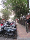 Motos stationnées sur le trottoir comme un jeu de dominos, Kolkata, Inde