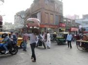 Un homme traverse la rue avec sa petite échoppe sur la tête, il se prépare pour sa journée, Kolkata, Inde