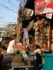 Un homme vient de se faire raser sur le trottoir, près d'une échoppe par un bel après-midi à Kolkata, Inde