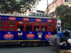 Un vieux tramway traverse toujours certains quartiers de Kolkata, Inde