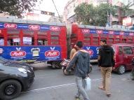 Il faut attendre lors du passage du tramway car il ne peut déroger de sa route, Kolkata, Inde