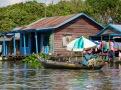 Une femme bien protégée du soleil, village flottant du Tonlé Sap, Cambodge