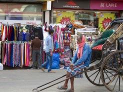 Un rickshaw-puller attend son prochain client, Kolkata, Inde