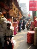 Un homme accepte de poser devant une boutique de paniers, Kolkata, Inde