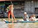 Une petite famille qui vient se joindre à nous sur notre embarcation, Tonlé Sap, Cambodge