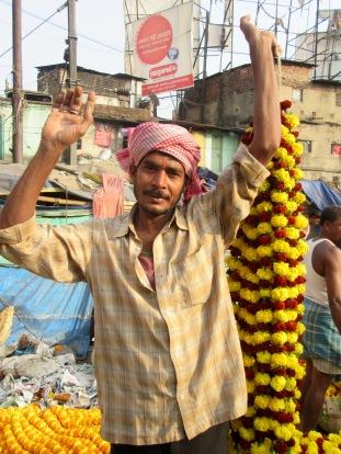 Un vendeur de guirlandes de fleurs, marché aux fleurs, Kolkata, Inde
