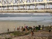 Acivité dans un ghat sous le pont Howrah, Kolkata, Inde