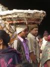 Photo de Robert: un homme avec un grand panier sur la tête, il servira à transporter les fleurs nouvellement achetées, Marché aux fleurs, Kolkata, Inde