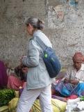 Photo de Robert: Jocelyne entre dans le marché aux fleurs sous le pont Howrah, Kolkata, Inde