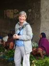 Photo de Robert: Jocelyne amusée d'une scène au marché aux fleurs, Kolkata, Inde