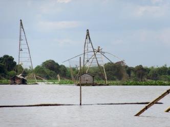 En remontant un canal du Tonlé Sap nous observons des carrelets, Battambang, Cambodge