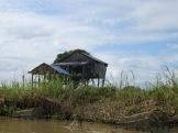 Maison sur pilotis, sur un canal vers Battambang, Cambodge