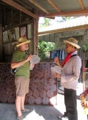 "Notre guide explique à Robert les étapes de la vente du ""paper rice"" après sa fabrication, Battambang, Cambodge"