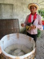 "Immense panier qui est rempli de ""paper rice"" avant la vente, Battambang, Cambodge"