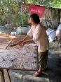"""Étalage du """"paper rice"""" avant le séchage au soleil"""