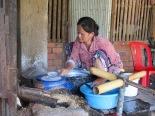"""Le """"paper rice"""" est légèrement cuit à la vapeur avant d'être séché au soleil, Battambang, Cambodge"""